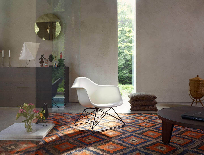 2938234_Eames-Plastic-Armchair-LAR-and-Gu-ridon-Bas_v_fullbleed_1440x