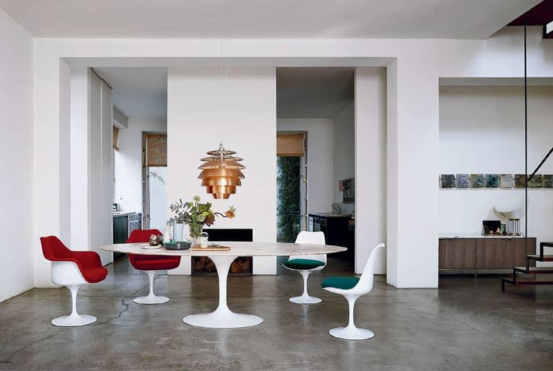 Saarinen Tulip Tisch mit Marmorplatte und vier Saarinen Tulip Stühle von Knoll in einer Wohnung mit poliertem Betonboden