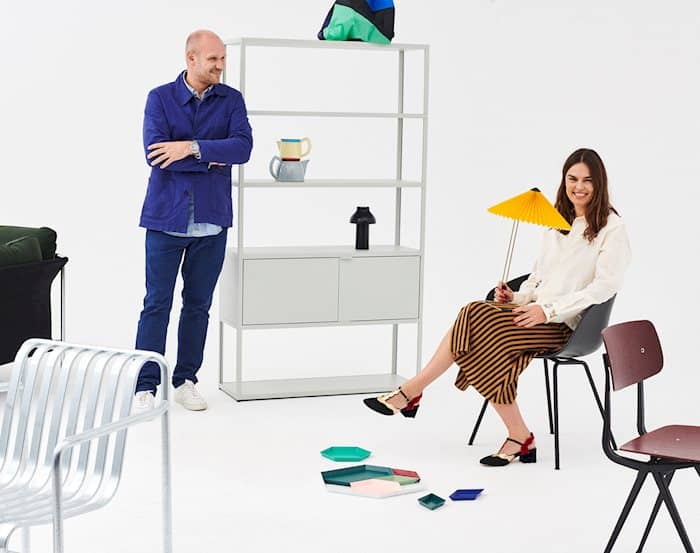 Rolf und Mette HAY in einem weissen Raum voll mit verschiedenen HAY Möbel