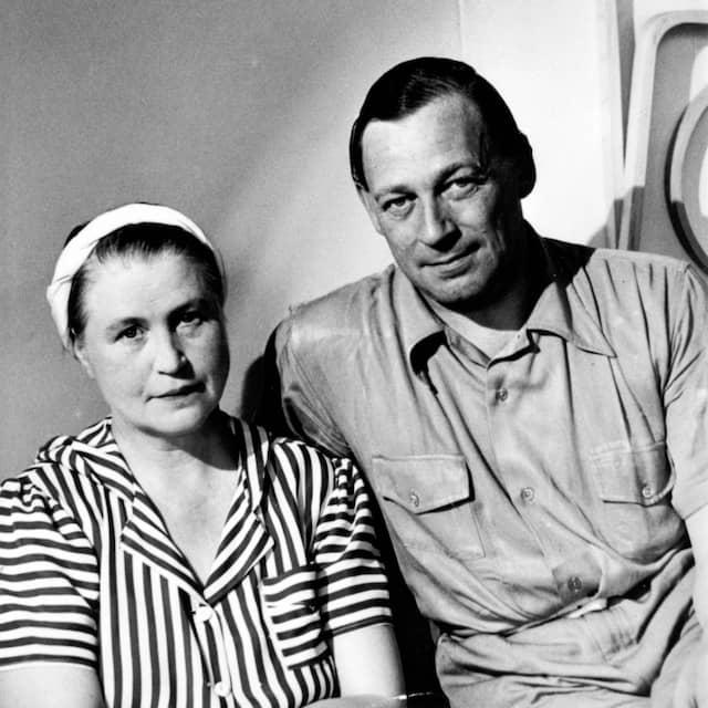 Schwarzweissfoto der Architekten und Designer Aino und Alvar Aalto gemeinsam sitzend
