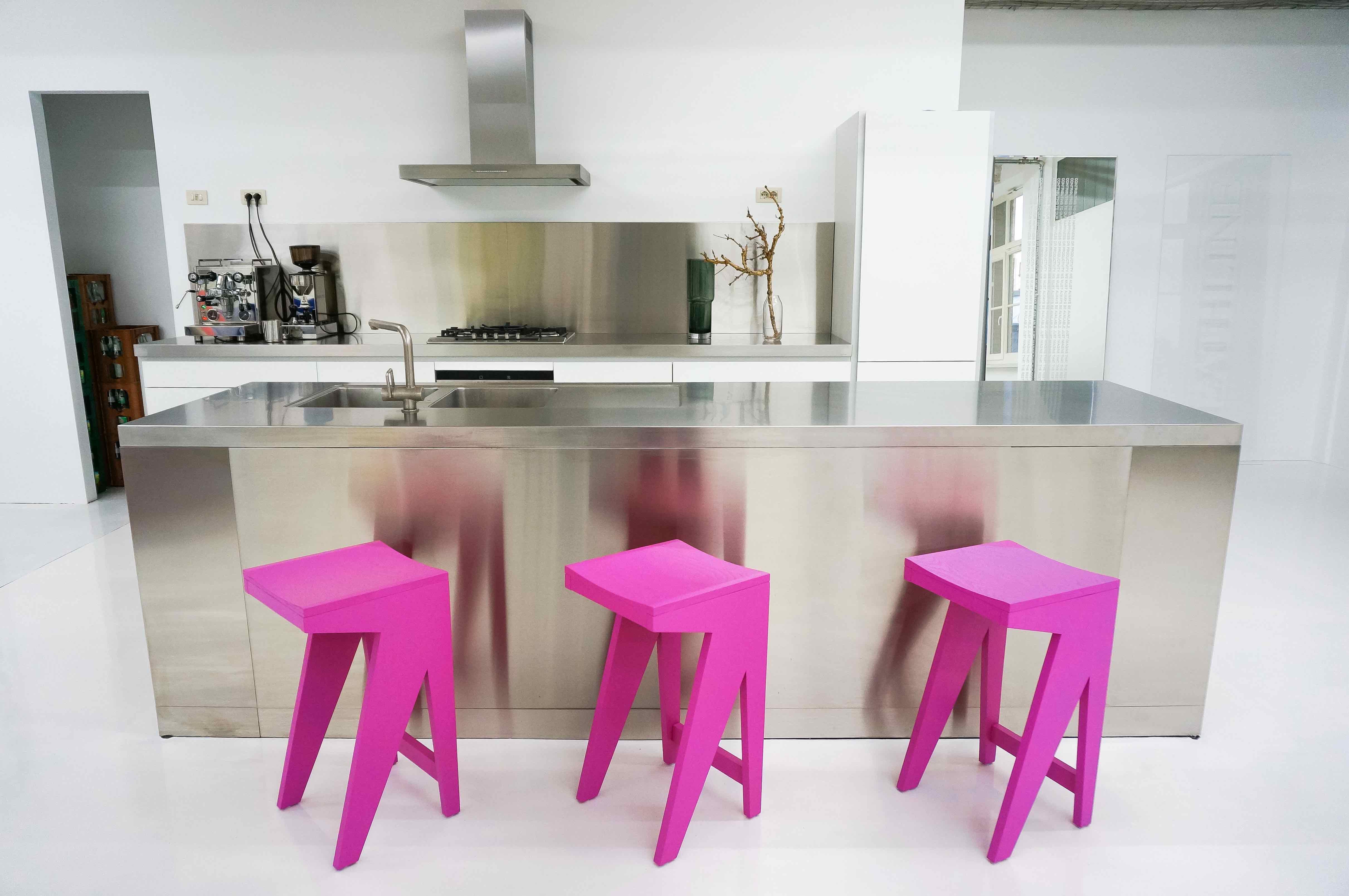 Objekte-unserer-Tage_K-che-und-Schulz-Barhocker-in-Miami-Pink
