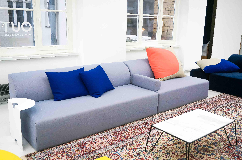 Das-Sofa-Weber-und-der-Beistelltissch-Yilmaz-von-Objekte-unserer-Tage