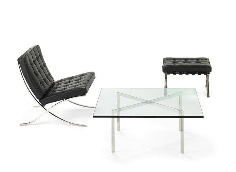 Knoll Barcelona Chair und Barcelona Hocker mit schwarzem Leder und der Barcelona Tisch vor weissem Hintergrund