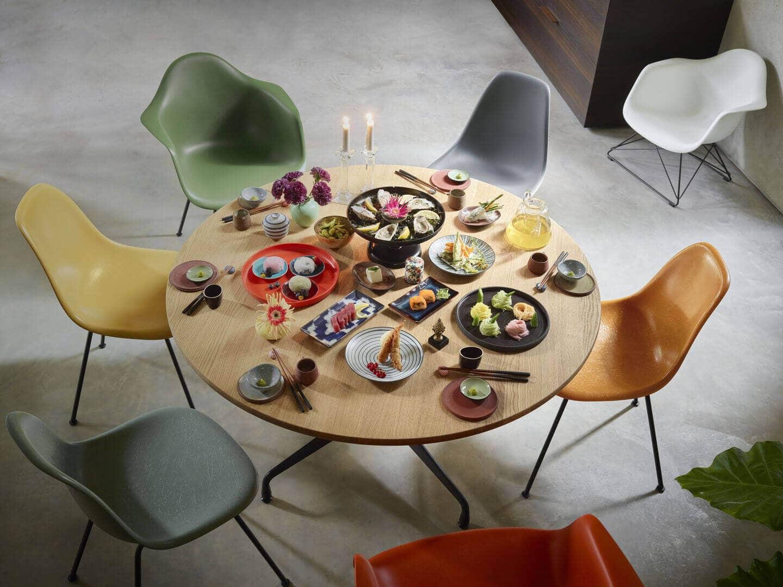 3040785_Eames-Fiberglass-Side-Chair-Eames-Plastic-Side-Chair-Eames-Plastic-Armchair-and-LAR-Eames-Segmented-Tables-Dining-dunkel-2_v_fullbleed_1440x