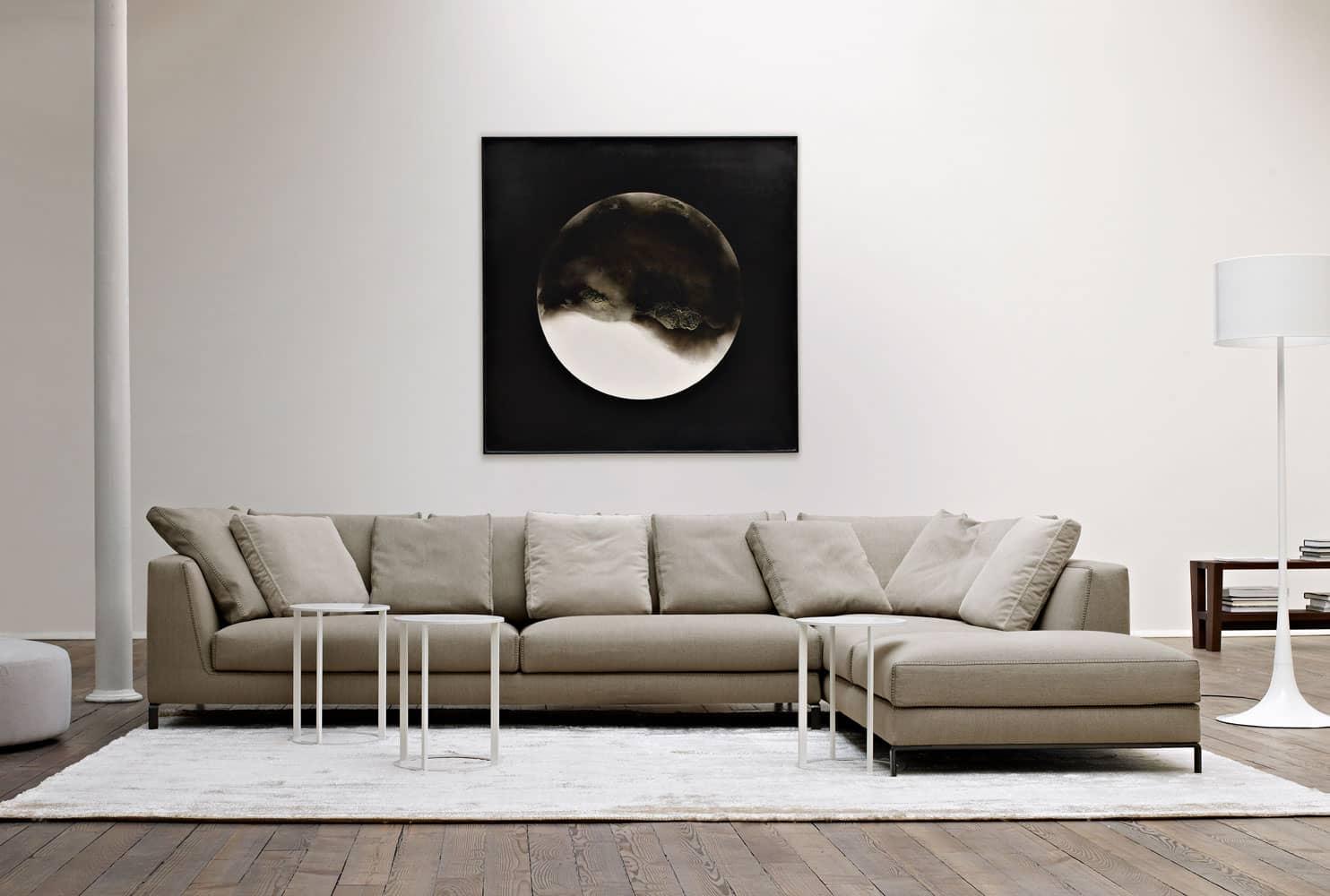 Das weiße Ray von Antonio Citterio für B&B Italia als großzügige Sitzlandschaft in einem offenen, hellen Wohnzimmer.