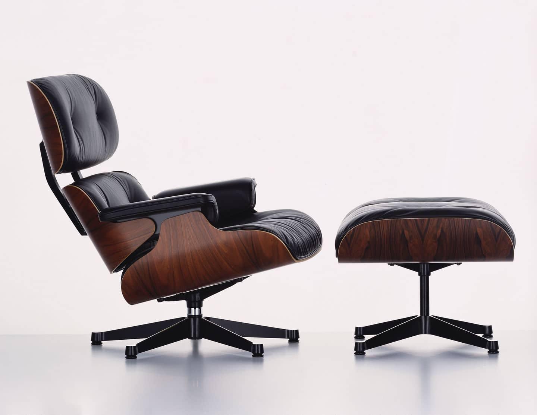 Ein Foto des Vitra Lounge Chair mit Ottoman mit Palisanderholz und schwarzem Leder