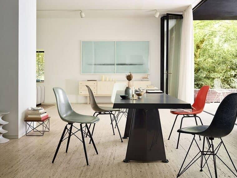 skulpturale-kuehnheit-mit-dem-tisch-trapeze-von-jean-prouve-als-kommunikativem-mittelpunkt-jetzt-mit-wohlfuehlstruktur-die-eames-fiberglass-chairs-in-alter-neuer-qualitaet_05777_95