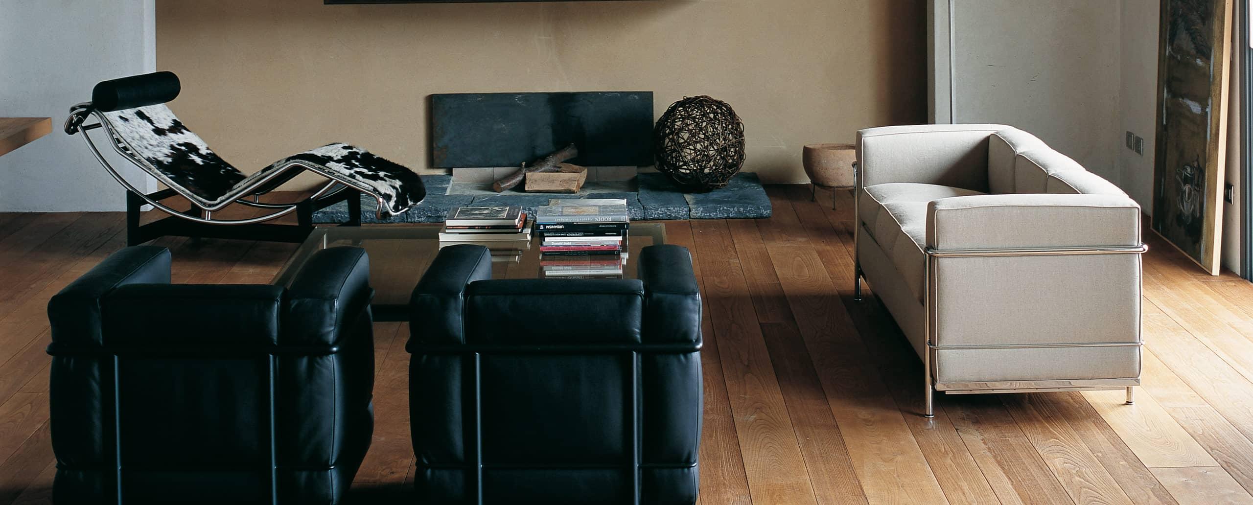 Sitzgruppe mit dem Cassina Sessel LC2 in schwarzem Leder, Sofa LC2 in beigem Stoff und dem LC4 Chaiselongue in Kuhfell
