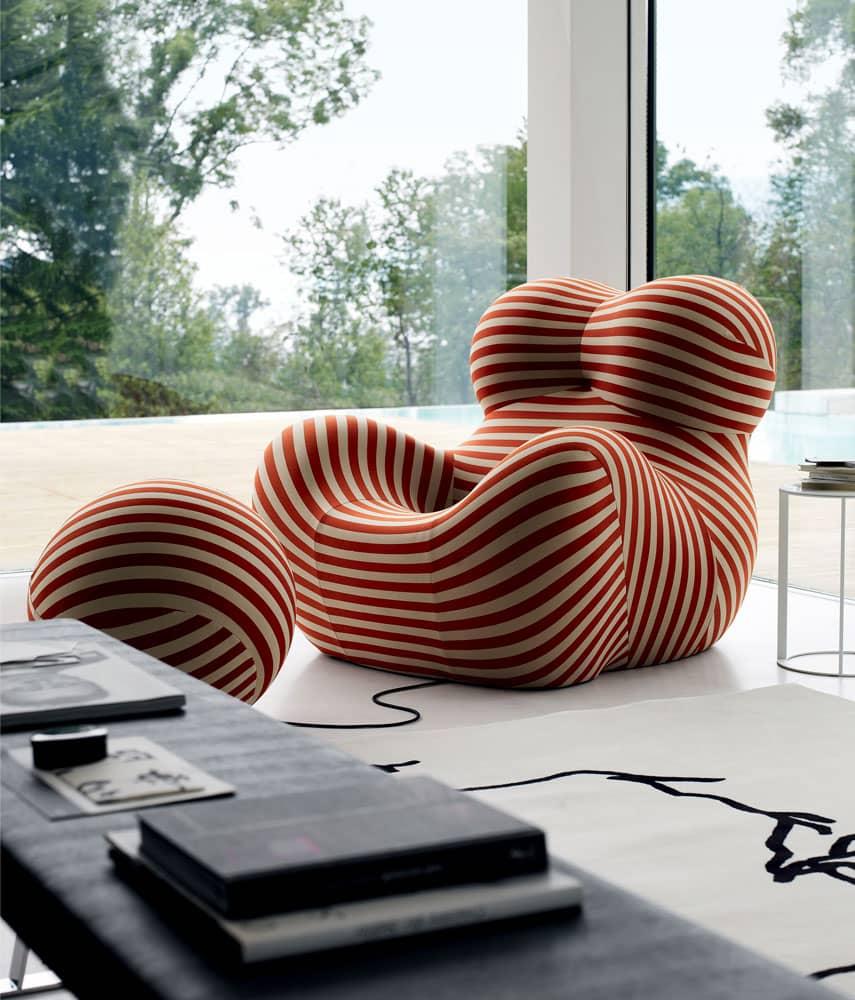 Der B&B Italia UP Sessel von Gaetano Pesce in rot/beide gestreift vor einem Eckfenster mit Blick ins Grüne.