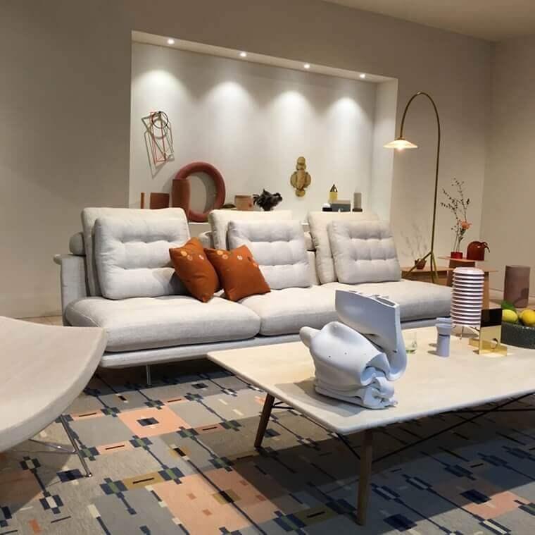 das-neue-grand-sofa-vom-polsterexperten-antonio-citterio-das-detail-der-optional-kapitonierten-kissen-ist-eine-reminiszenz-an-sofas-der-50er-jahre-erste-impressionen-von-der-mailae