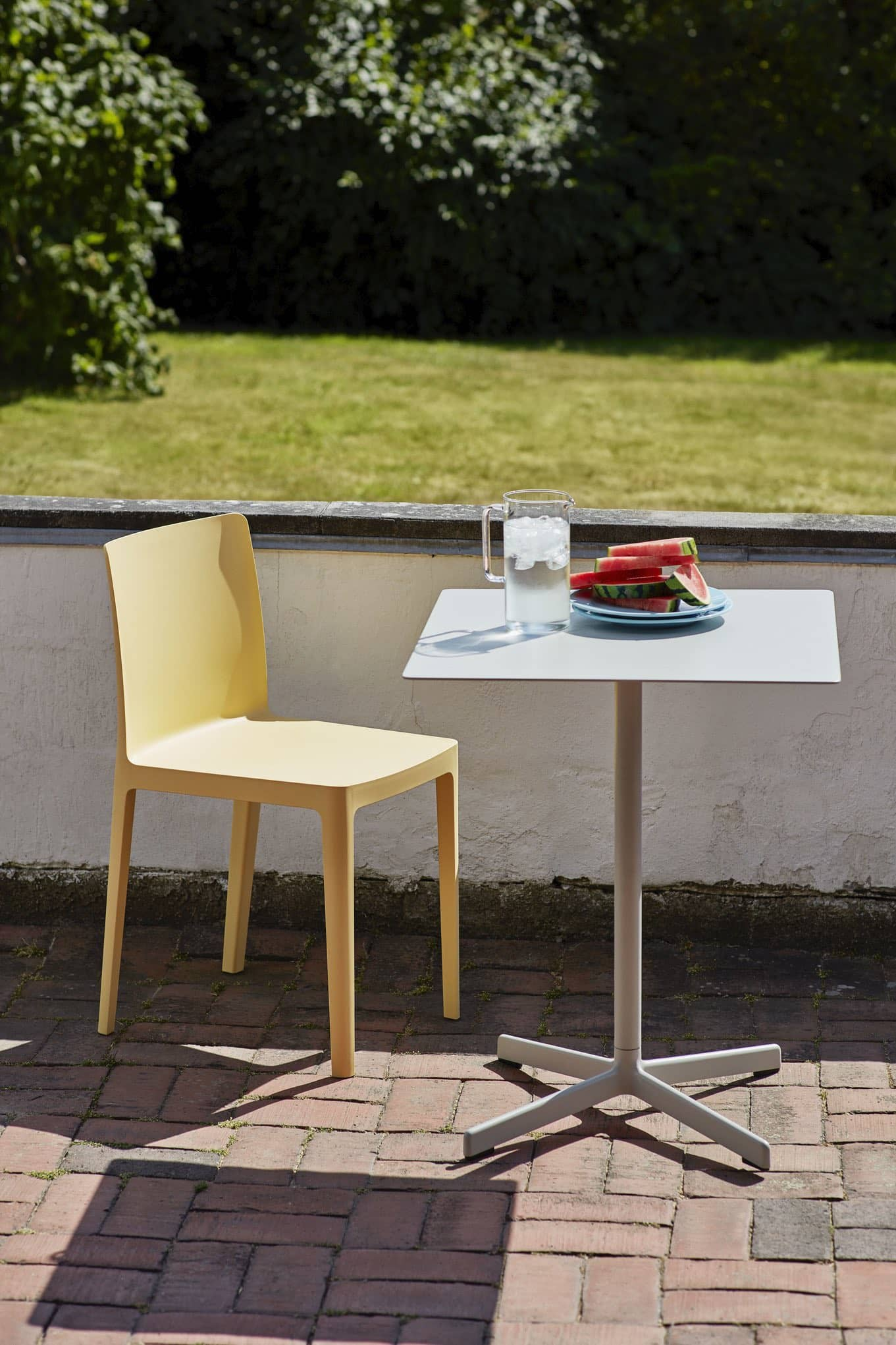 Elementaire-Chair-light-yellow_Neu-Table-Square-sky-grey-2