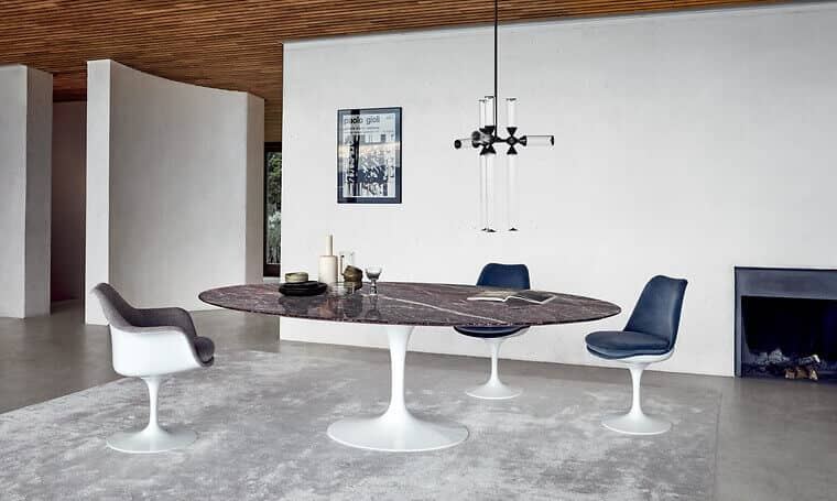 zwei-edle-materialien-die-zusammenpassen-der-tulip-table-mit-roter-marmorplatte-und-tulip-stuehle-mit-polsterung-und-samtbezug-oberflaechentrend-marmor_05186_64186