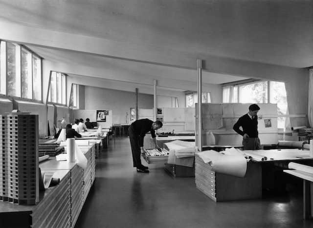 Schwarzweissaufnahme des Aalto Studios aus den 60er Jahren mit zwei Mitarbeitern