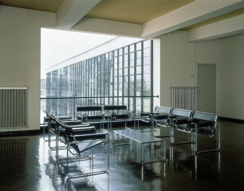 Sechs schwarze Knoll International B3 Wassily Sesseln von Marcel Breuer vor einem Fenster im Bauhausgebäude in Dessau