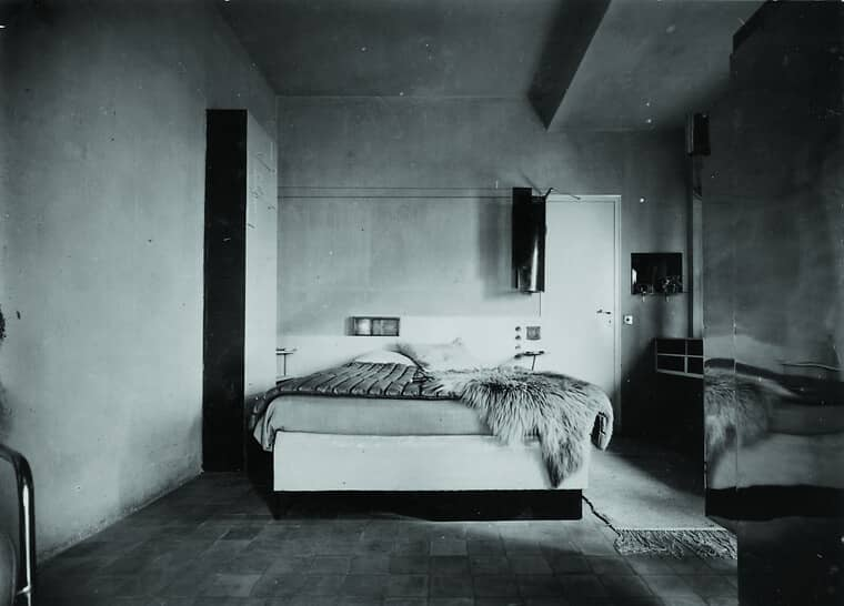 eileen-gray-e-1027-master-bedroom-1929-national-museum-of-ireland-eileen-gray-archive-auf-einen-besuch-in-eileen-grays-schlafzimmer-am-pariser-platz_84327_97718